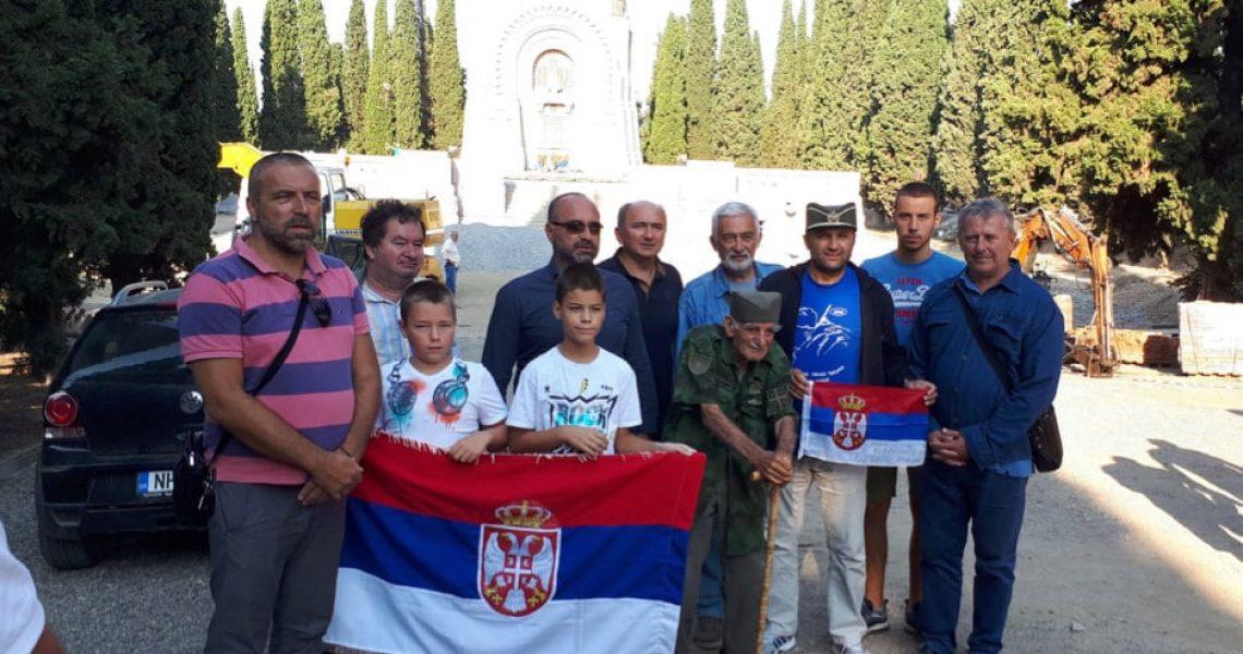 Светосавци са деда Ђорђем Михајловићем испред капеле на Српском војничком гробљу у Солуну